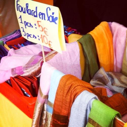 Toujours des foulards sur un marché asiatique